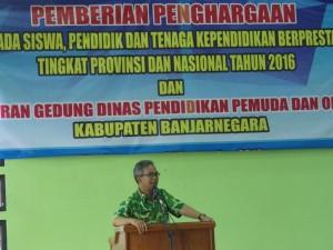 Wakil Bupati Banjarnegara, memberikan apresiasi kepada para Juara PTK berprestasi tahun 2016.