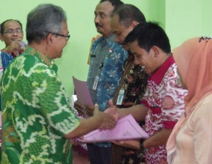 Wakil Bupati Banjarnegara, Drs. HADI SUPENA, M.Si., menyerahkan piagam penghargaan kepada PTK Berprestasi Tahun 2016.