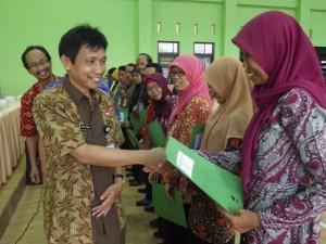 Kepala Dindikpora Kabupaten Banjarnegara,Drs. NOOR TAMAMI, M.Pd., menyerahkan piagam penghargaan kepada PTK Berprestasi Tahun 2016.